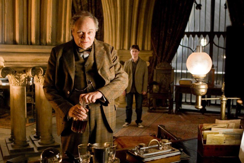 Harry Potter (Daniel Radcliffe) et Horace Slughorn (Jim Broadbent) dans son bureau - Harry Potter et le prince de sang-mêlé
