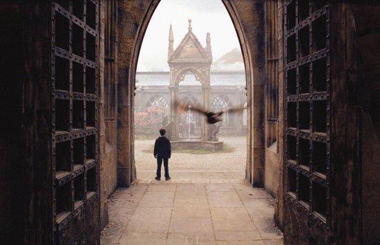 Harry dans une cour de Poudlard