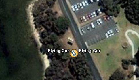 Une voiture volante sur Google Earth