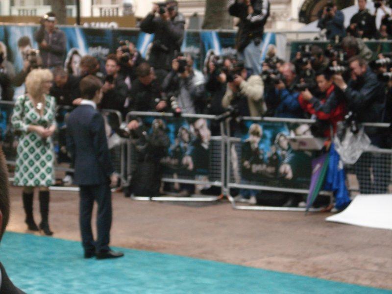 Daniel Radcliffe posant pour les photographes lors de l'avant première londonienne d'Harry Potter 5