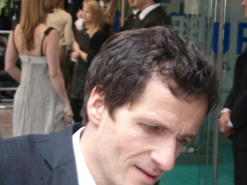 David_Heyman, producteur signant des autographes à l'avant-première londonienne d'Harry Potter 5
