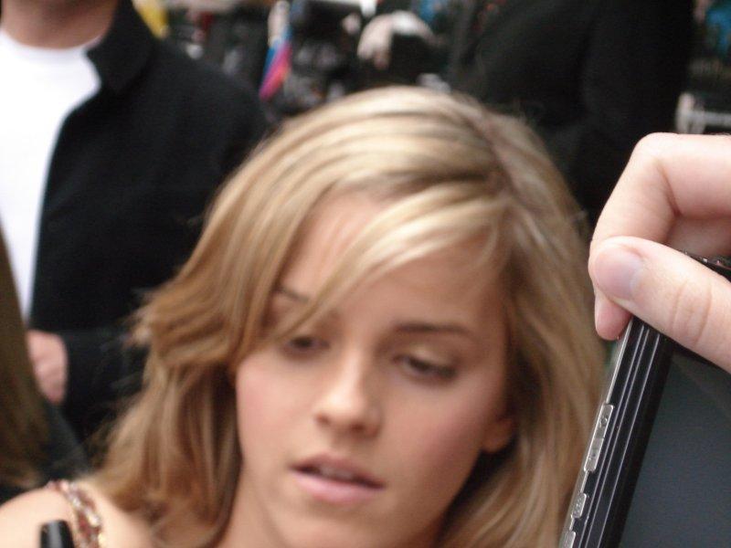Emma_Watson, alias Hermione Granger signant des autographes à l'avant-première londonienne d'Harry Potter 5