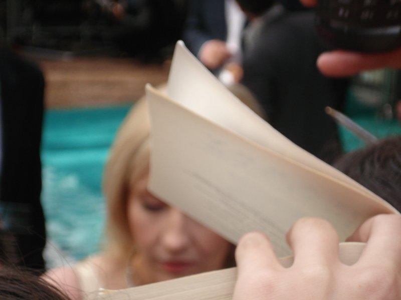 JK Rowling en train de signer des autographes à l'avant-première londonienne d'Harry Potter 5