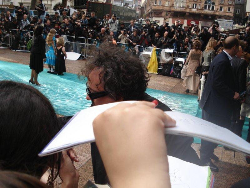 Tim Burton qui signe des autographes à l'avant-première londonienne d'Harry Potter 5.jpg