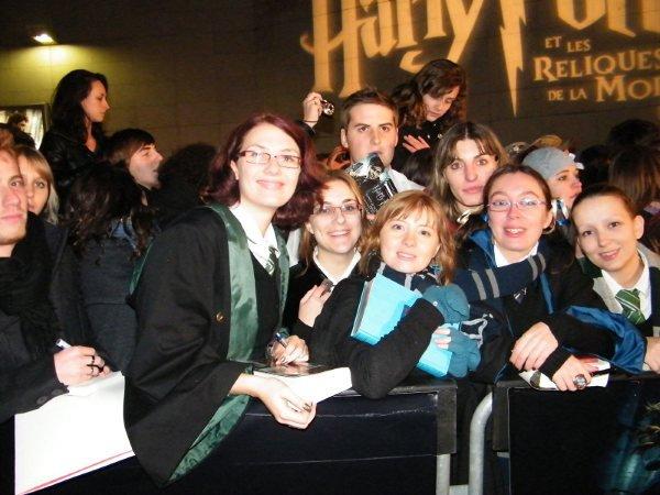 Groupes de fans lors de l'avant-première de Harry Potter et les Reliques de la Mort - Partie 1 à Tours.