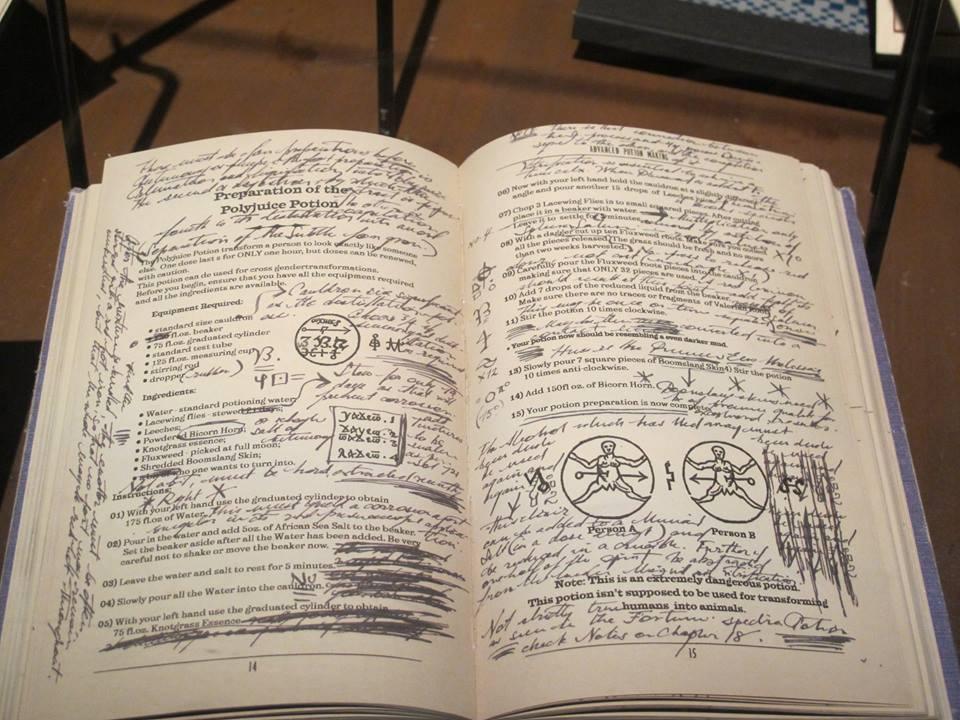 Le livre du prince de sang-mêlé ouvert à une page pleine d'anotationslors de l'inauguration de L'exposition itinérante Harry Potter à Paris