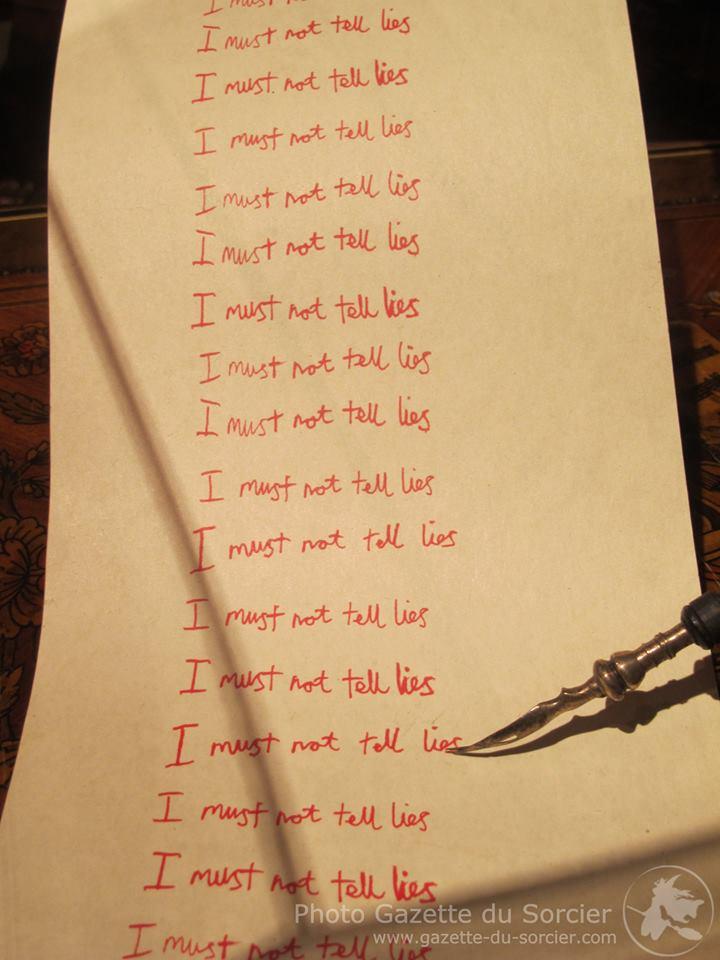"""La punition de Harry """"I must not tell lies"""" lors de l'inauguration de L'exposition itinérante Harry Potter à Paris"""