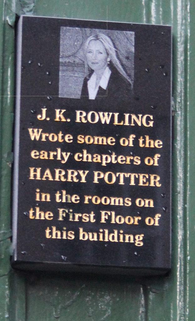 Plaque du Nicholsons Café indiquant que J.K. Rowling y a rédigé des chapitres de la saga