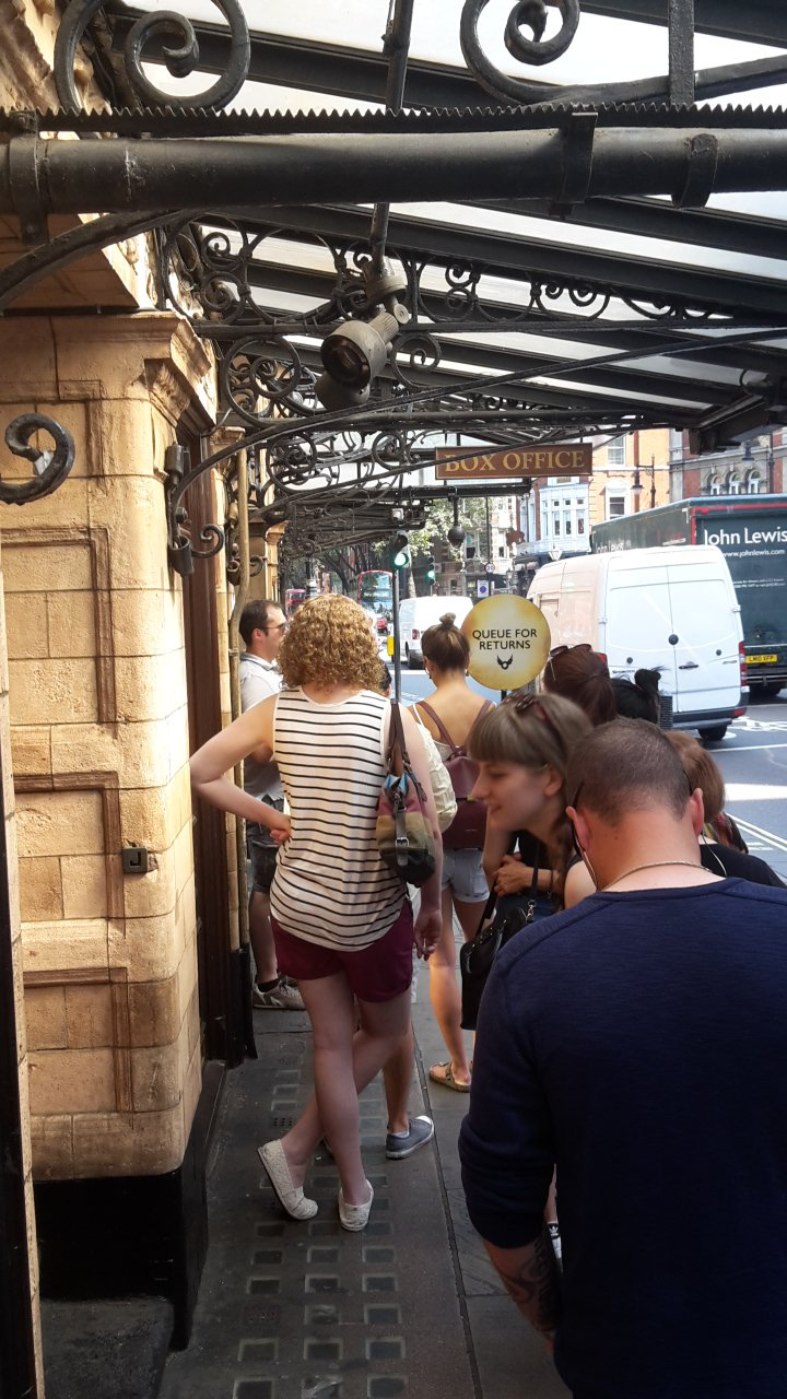 File d'attente pour les returned tickets pour Harry Potter et l'enfant maudit
