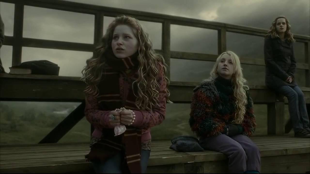 Lavande et Luna assises sur les gradins du stade de quidditch lors des essais pour l'équipe dans Harry Potter et le Prince de Sang Mêlé (film)