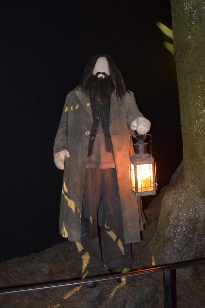 Costume de Hagrid avec sa lanterne à l'entrée de la Forêt Interdite
