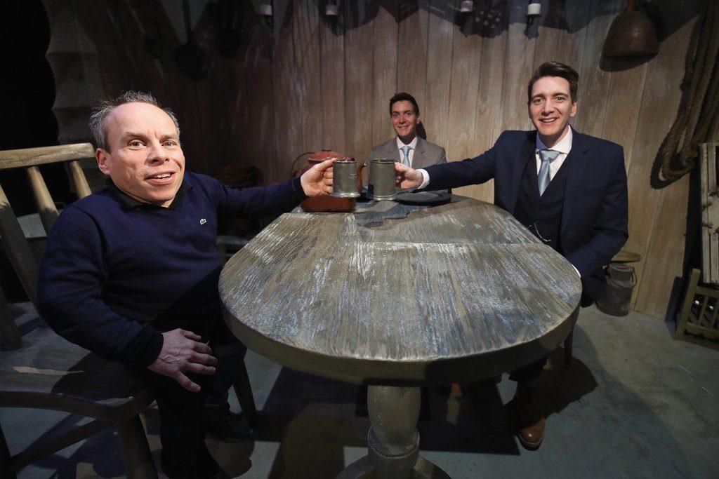 Warwick Davis (Flitwick) et les jumeaux Phelps (Fred et George Weasley) attablés chez Hagrid pour démontrer l'effet de perspective forcée utilisé dans les films
