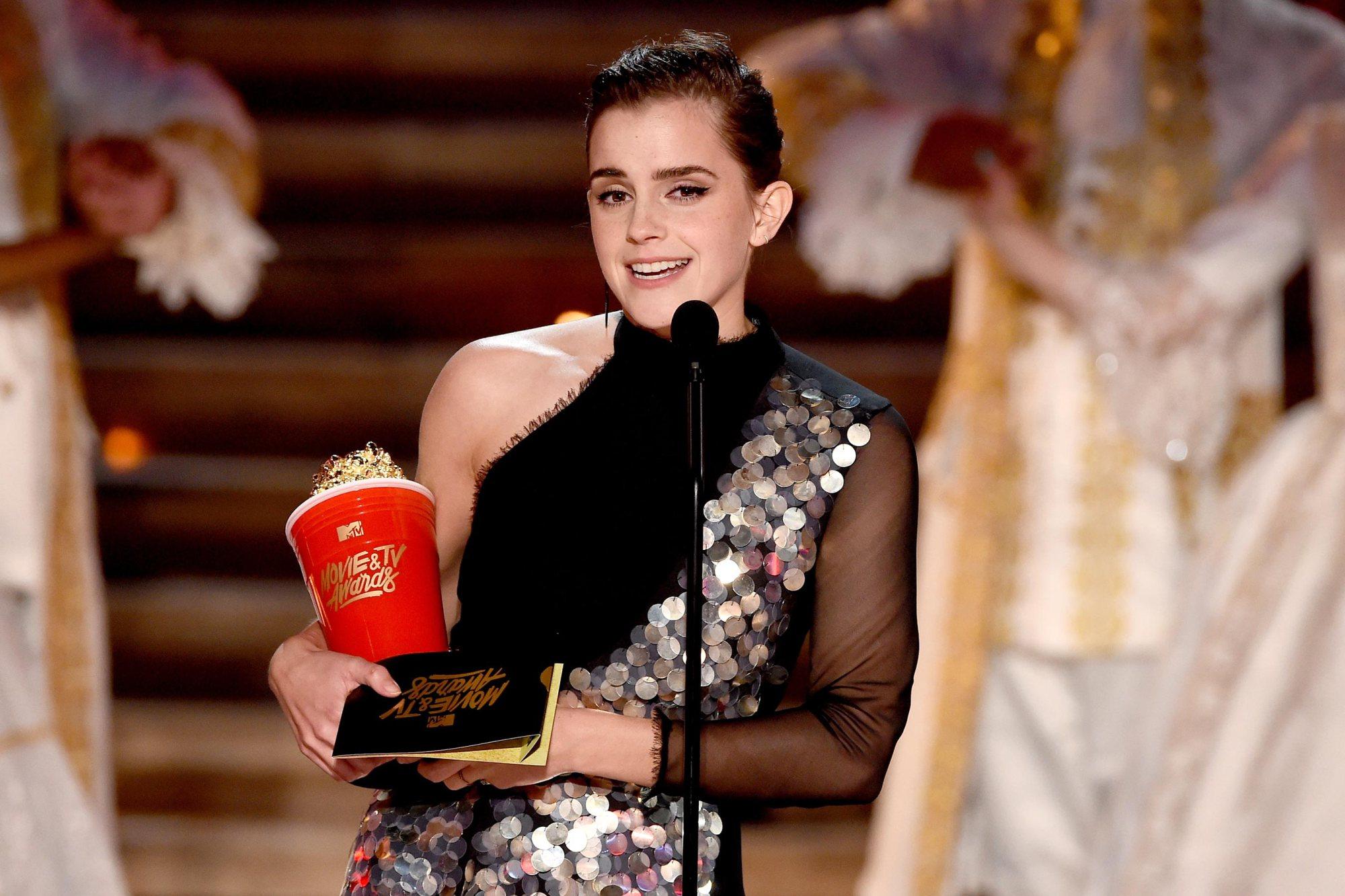 Emma Watson reçoit un prix du Meilleur Acteur pour son rôle de Belle