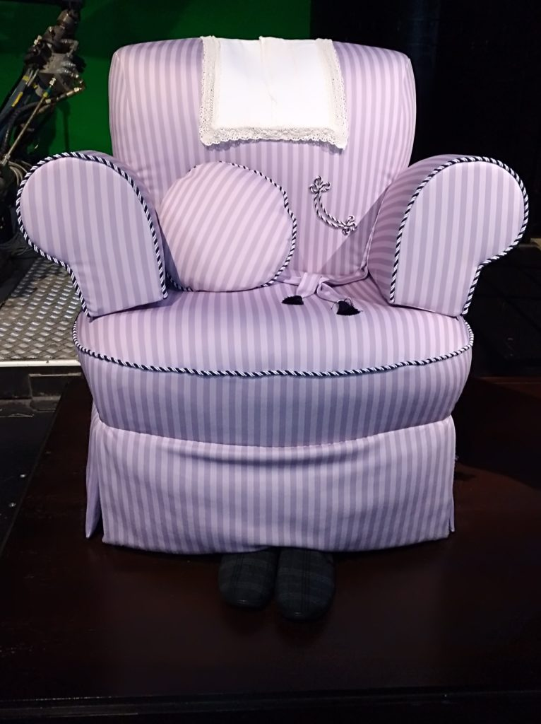 Le costume fauteuil de Horace Slughorn exposé au Warner Bros Studio Tour: The Making of Harry Potter