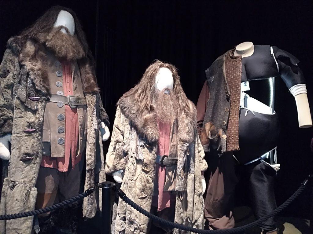 Différents costumes de Hagrid, pour Robbie Coltrane et sa doublure, exposés au Warner Bros Studio Tour: The Making Of Harry Potter