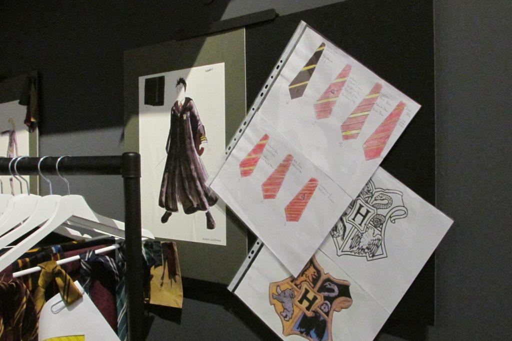 Dessin préparatoire de costumes d'élèves de Poudlard exposés au Warner Bros Studio Tour london