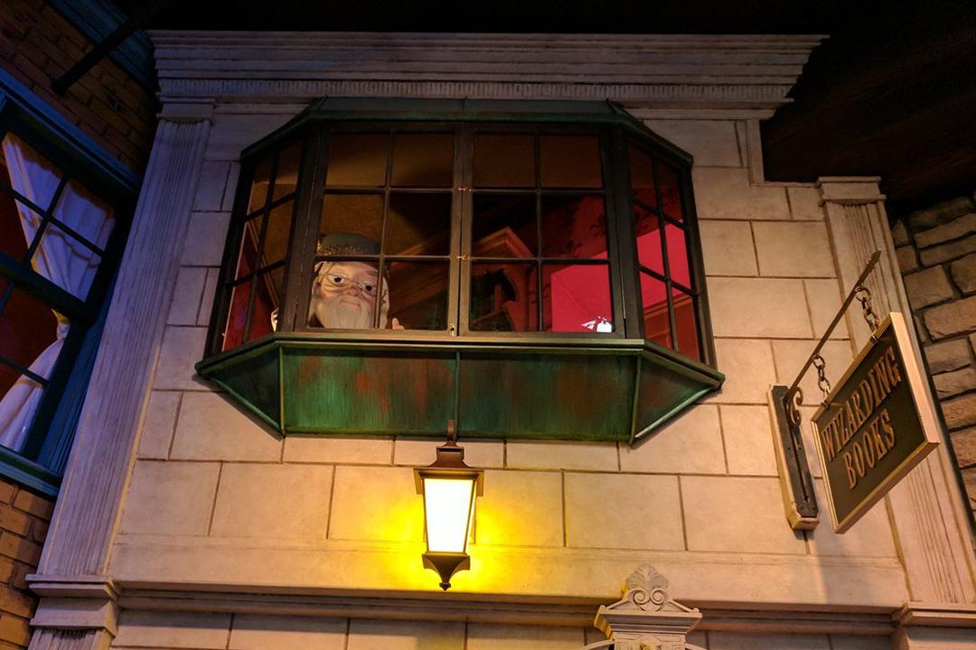 dumbledore-olha-por-uma-janela.png