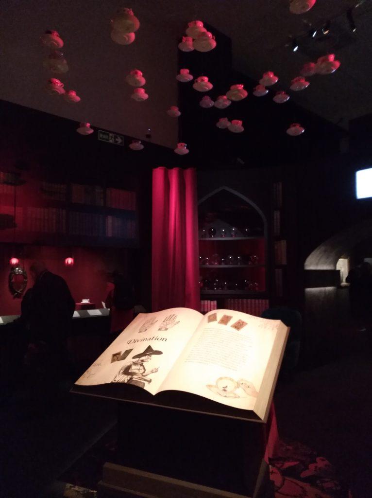 Section Divination de l'exposition Harry Potter de la British Library avec des tasses de thé qui pendent du plafond