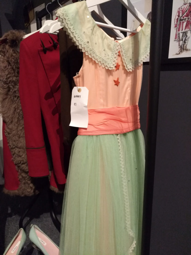 Le costume du bal de Noël de Ginny exposé pour Hogwarts in the snow au Warner Bros. Studio Tour London: The Making of Harry Potter