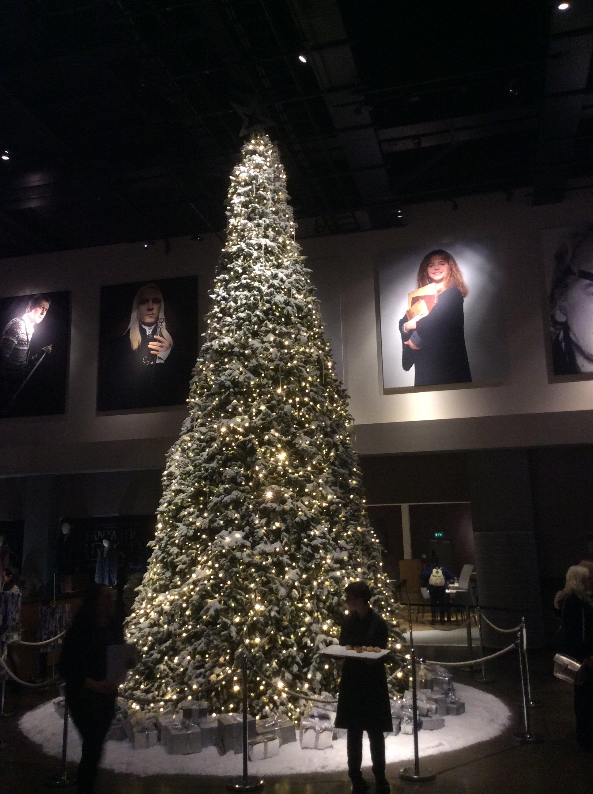 Sapin dans le hall du Warner Bros. Studio Tour London: the Making of Harry Potter lors de l'événement Hogwarts in the Snow