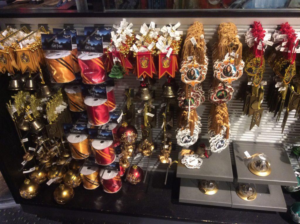 Les décorations de Noël aux couleurs des 4 maisons de Poudlard dans la boutique Warner Bros. Studio Tour London: The making of harry potter