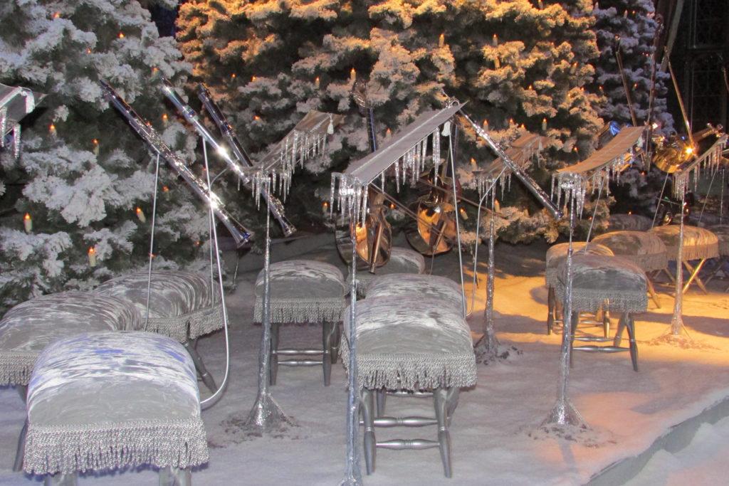 Le sièges givrés de l'orchestre de Poudlard lors du bal de Noël, exposés pour Hogwarts in the snow au au Warner Bros. Studio Tour London: The Making of Harry Potter