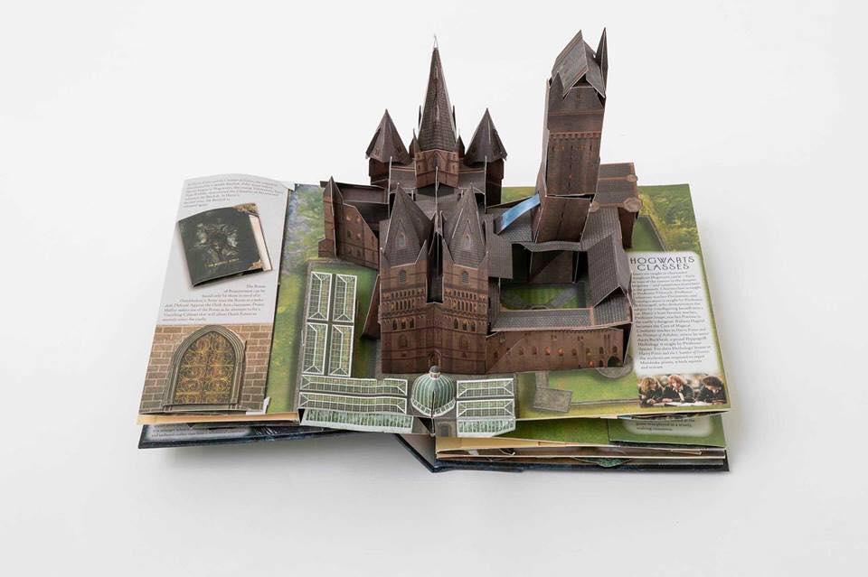 Aile Est du château de Poudlard dans Le Grand Livre Pop Up de Poudlard