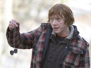 ronweasley_wb_f7_ronholdingdestroyedlockethorcrux_still_100615_port.jpg