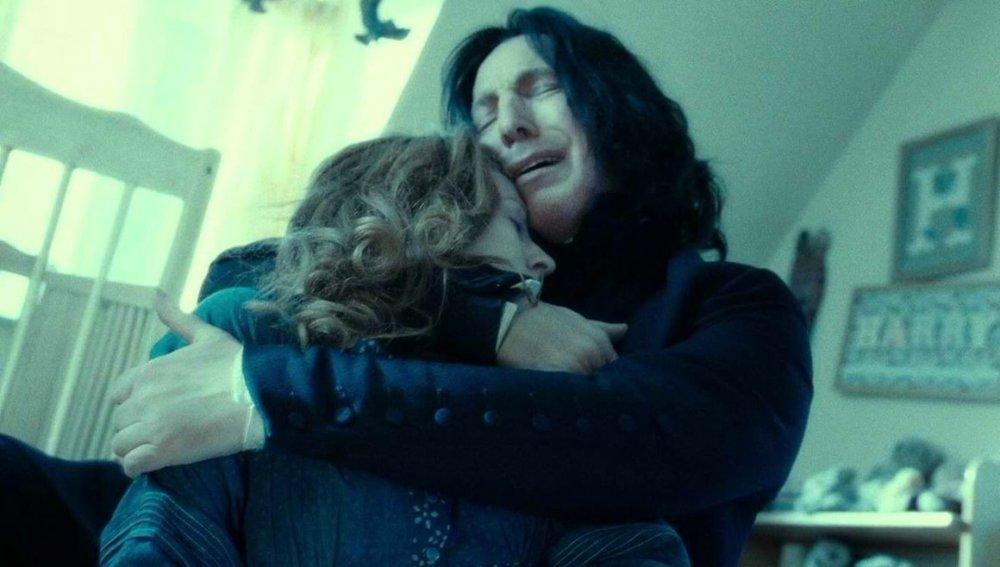 Rogue enlasse le corps sans vie de Lily Potter