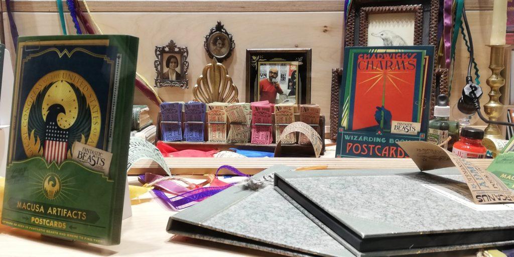 Objets et répliques d'accessoires du film Les Animaux Fantastiques : Les Crimes de Grindelwald exposés dans la vitrine de la Librairie ICI à Paris par les graphistes du Wizarding World Minalima