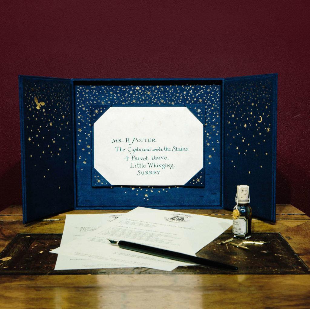 Une réplique authentique de la lettre de Poudlard envoyée à Harry Potter dans les films, reproduite à la main par Minalima, les graphistes de la saga