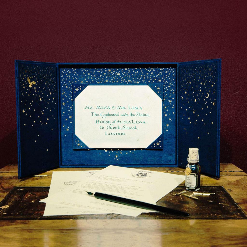 Une réplique authentique de la lettre de Poudlard envoyée à Harry Potter, personnalisée à votre nom, rédigée à la main par les graphistes de la saga, Minalima