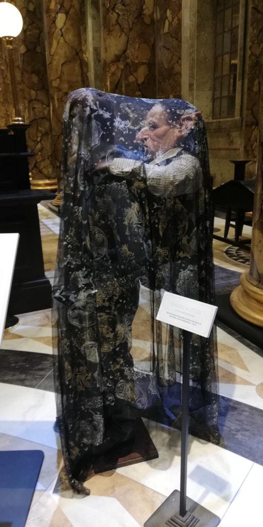 Mannequin de Harry sous la cape d'invisibilité avec le gobelin Gripsec sur le dos au Warner Bros Studio Tour London - The Making of Harry Potter - Inauguration Gringotts