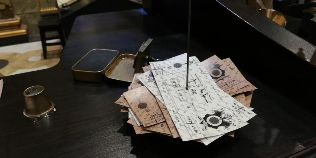 argent sorcier et chèques sur un guichet au Warner Bros Studio Tour London - The Making of Harry Potter - Inauguration Gringotts