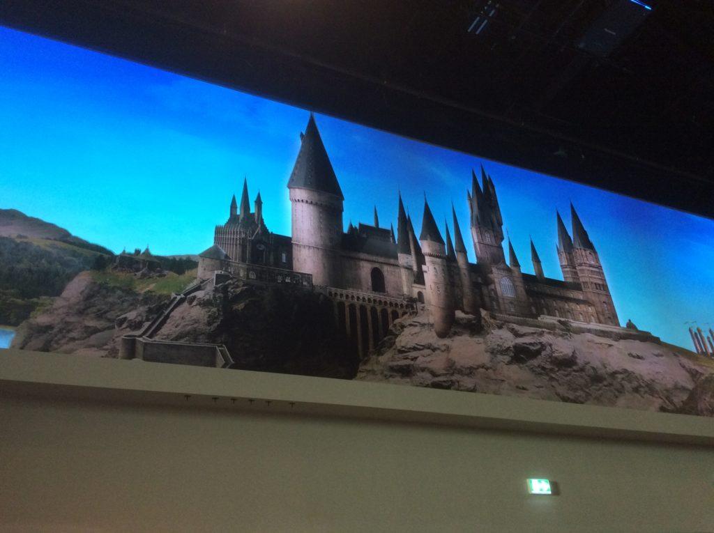 Poudlard dans les écrans animés du nouveau hall du Warner Bros Studio Tour London - The Making of Harry Potter - Inauguration Gringotts