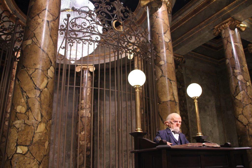 Gobelin principal et entrée des coffres au Warner Bros Studio Tour London - The Making of Harry Potter - Inauguration Gringotts