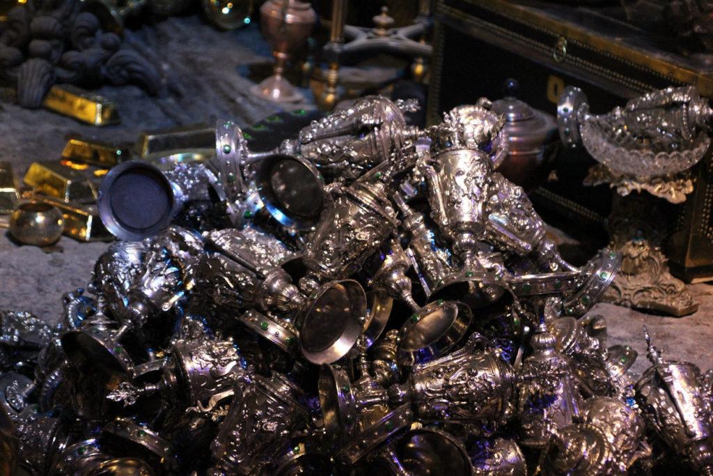 Les coupes de Poufsouffle produites par le Gemino dans le coffre de Bellatrix Lestrange exposéees au Warner Bros Studio Tour London - The Making of Harry Potter - Inauguration Gringotts