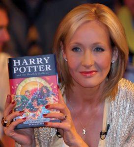 JK Rowling brandit un tome de Harry Potter et le sReliques de la mort lors de leur sortie