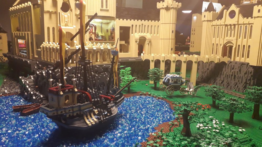 Le bateau de Durmstrang dans le lac noir devant Poudlard en LEGO.