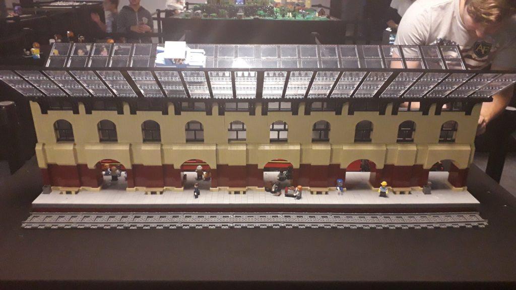 La gare de King's Cross et le quai 9 3/4 représenté en LEGO