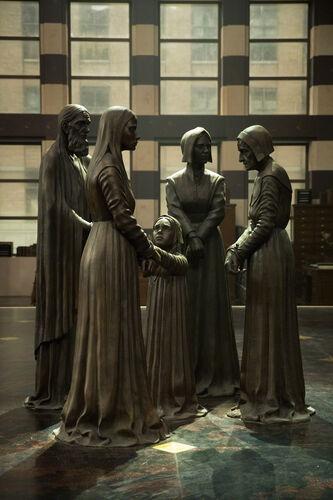 Monument aux victimes des procès de Salem dans le hall du Macusa - Les Animaux fantastiques