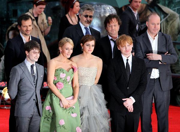 J.K. Rowling, Emma Watson, Daniel Radcliffe, Rupert Grint, Steve Kloves, David Heyman et David Yates sur le tapis rouge lors de l'Avant-première de Harry Potter et les Reliques de la mort partie 2 sur Trafalgar Square, Londres