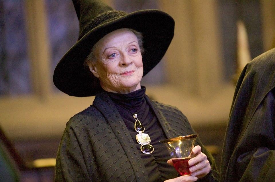 Professuer Minerva McGonagall, incarné par Maggie Smith dans Harry Poter, un verre de vin à la main