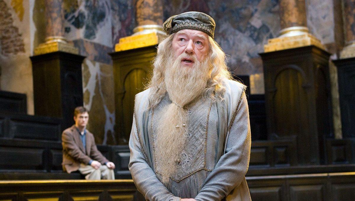 """Albus Dumbledore hoche la tête lors du procès de Harry Potter dans le film """"l'Ordre du Phénix"""""""