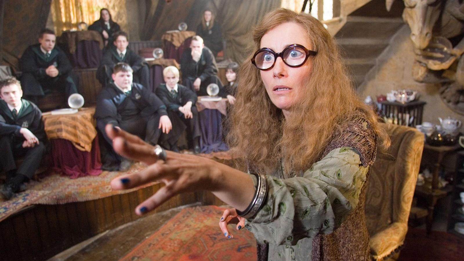 Sibylle Trelawney donne son cours de divination.
