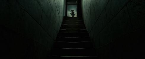 Harry Potter et les reliques de la Mort partie 1 dobby en haut des escaliers dans le manoir des malfoys