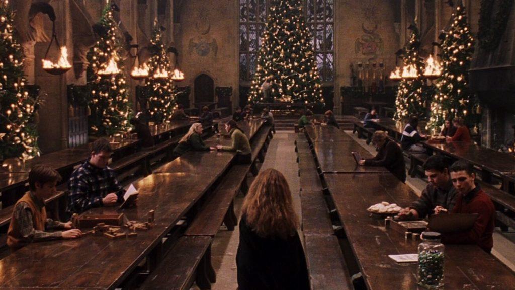 Hermione de dos dans la grande salle pendant Noël