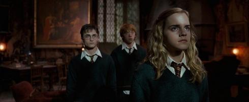 Harry Potter et l'ordre du phénix Hermione au premier plan harry ron derrière
