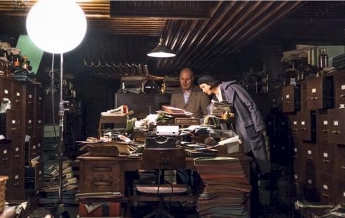 making of David Yates et Katherine Waterston au bureau de Tina dans le service des permis de baguette, dans les entrailles du MACUSA.