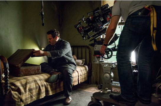 making of Jacob regardant à l'intérieur de la valise de Newt, avec un technicien en train de le filmer.